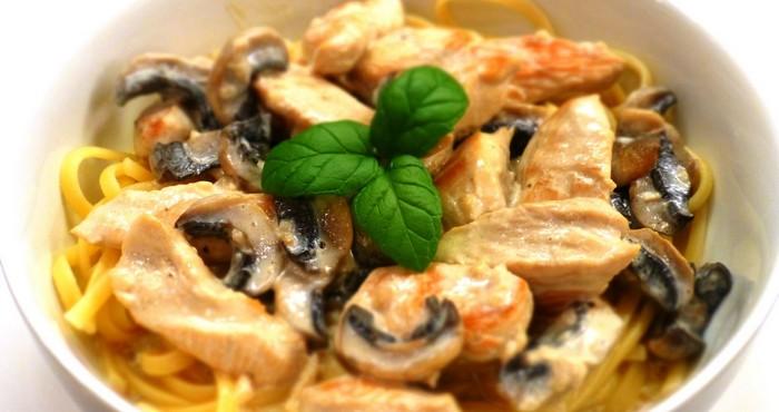 Паста с филе курицы и грибами в сливочном соусе