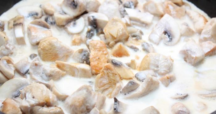 Курица с грибами в сливочном соусе в мультиварке