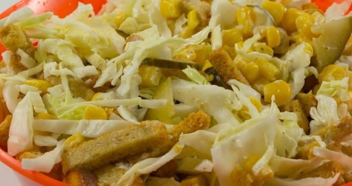 Салат из свежей капусты с сухариками и соленым огурцом
