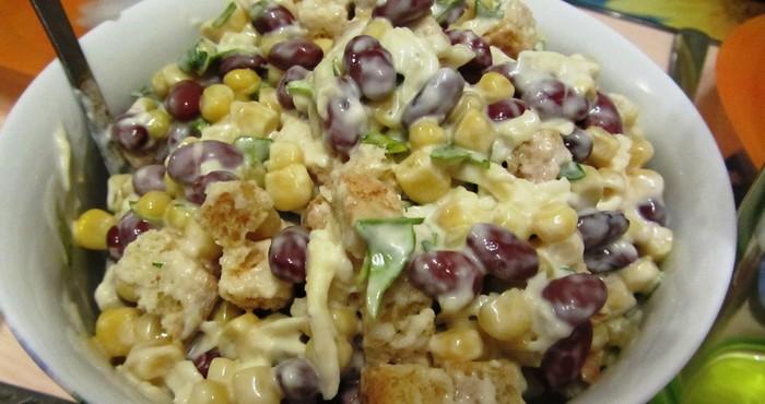 Салат с копченой куриной грудкой, фасолью и сухариками