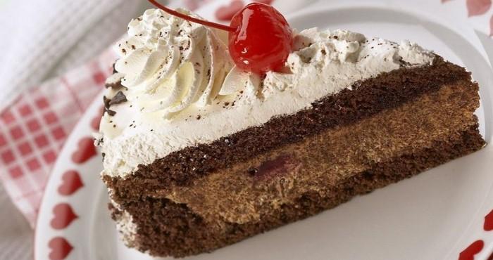 Шоколадный торт с вишней на бисквитной основе