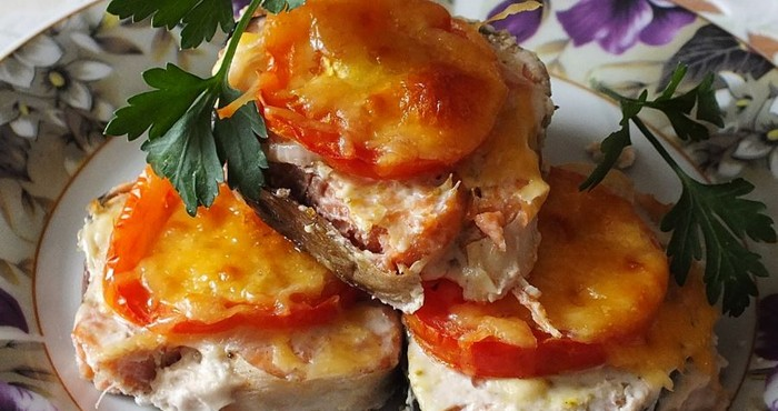 Горбуша с томатами и сметаной в духовке