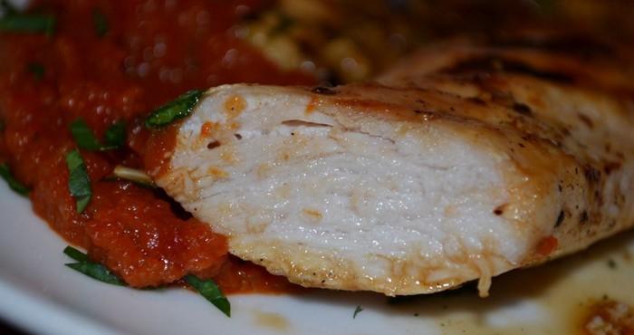 Куриная грудка в духовке с перцем и свежей петрушкой