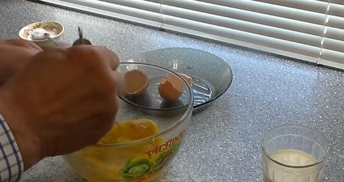 В отдельной емкости соединить молоко и яйца
