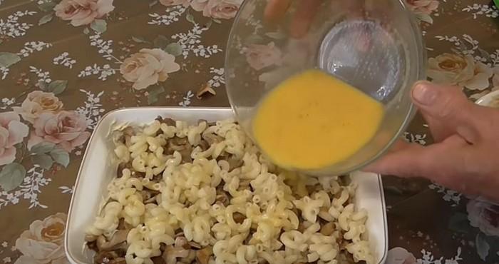 залить полученную запеканку смесью яиц и молока