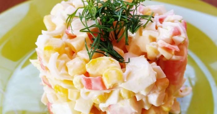 Крабовый салат с сыром и кукурузой