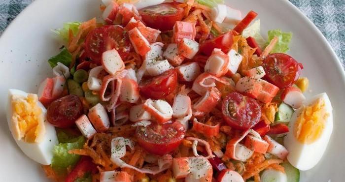 Крабовый салат с сыром и томатами черри