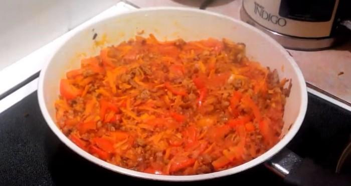 смешать с томатной пастой, и выложить в сотейник к мясному фаршу