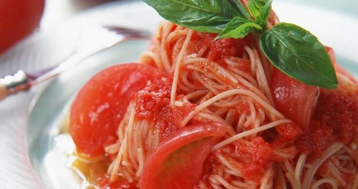 Спагетти с мясным фаршем, помидорами и сыром