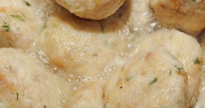 Тефтели в сметанном соусе с рисом