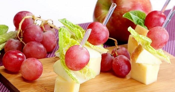 Канапе из фруктов и сыра