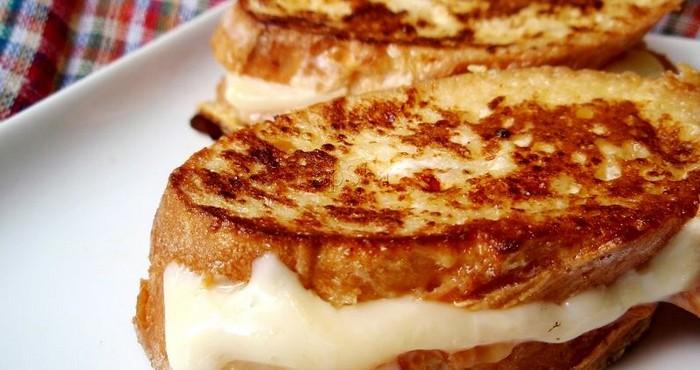 Горячие бутерброды с сыром и ветчиной, обжаренные в яйце