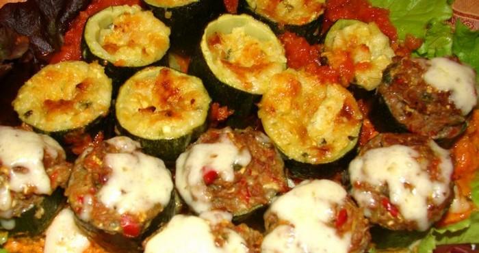 Кабачки с мясным фаршем и сыром, приготовленные в духовке на овощной подушке
