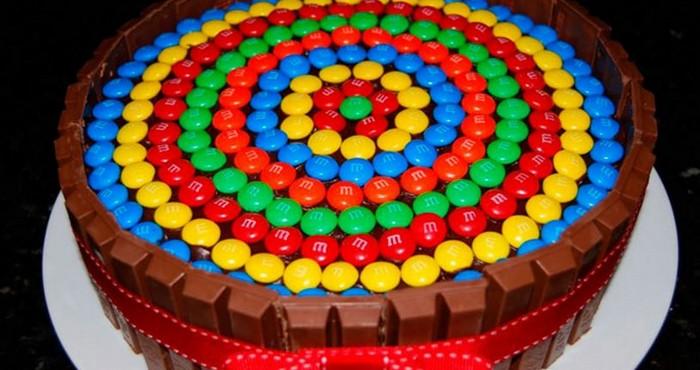 Украшение торта для детей конфетами M&M's
