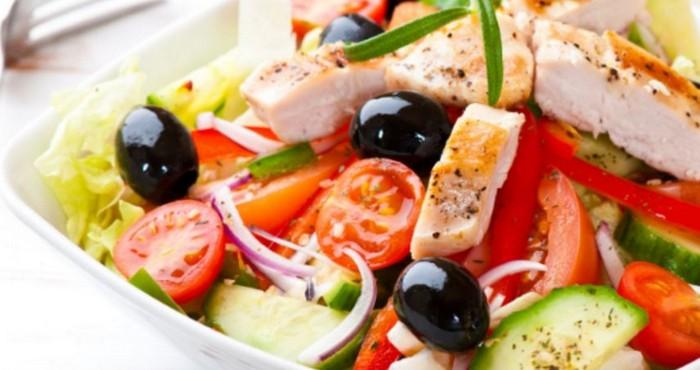 Как добавить курицу в греческий салат