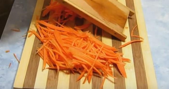 очистить и натереть морковь