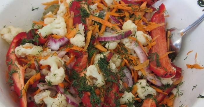 Цветная капуста по-корейски с луком и болгарским перцем