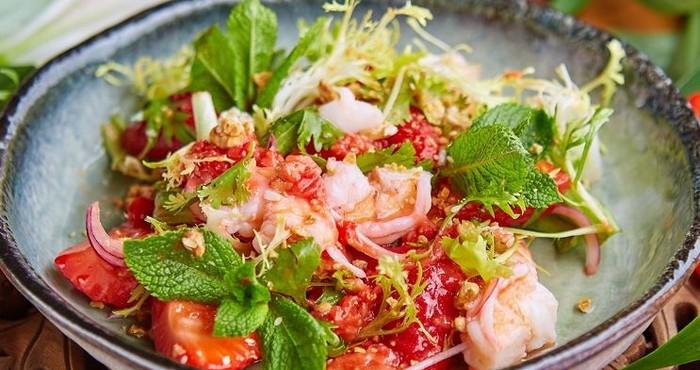 Салат из морского коктейля с клубникой