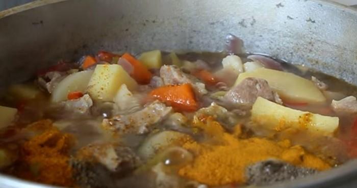 Готовить суп еще десять минут
