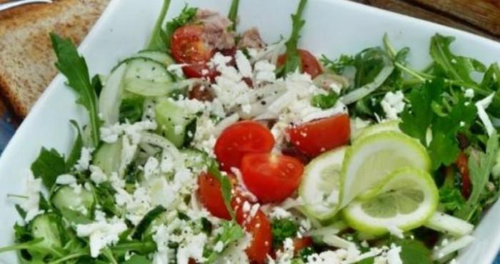 Летний салат с тунцом и брынзой