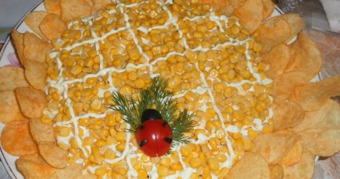 Оригинальный вкусный салат на скорую руку из консервированной кукурузы, яиц и чернослива