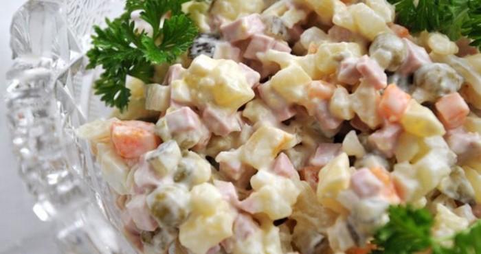 Сытный вкусный салат на скорую руку из отварного куриного филе с морковкой и консервированным горошком