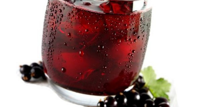 стакан компота со льдом и ягодами