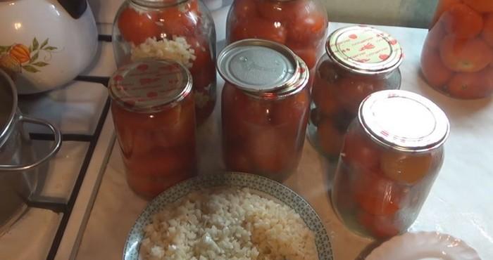 томаты с нарезанным чесноком