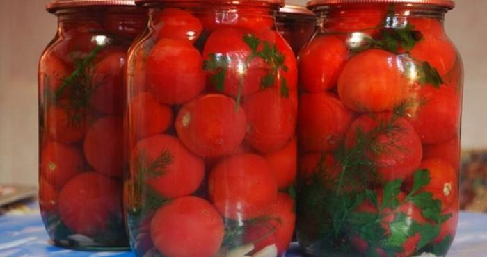 яркие томаты в банках