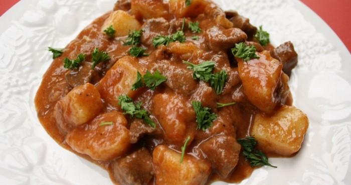 вкусное мясо со специями и зеленью