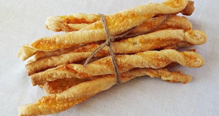 оригинальные сырные палочки из слоеного теста