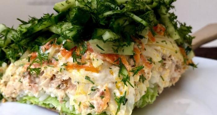 свежий салат с горбушей и огурцами