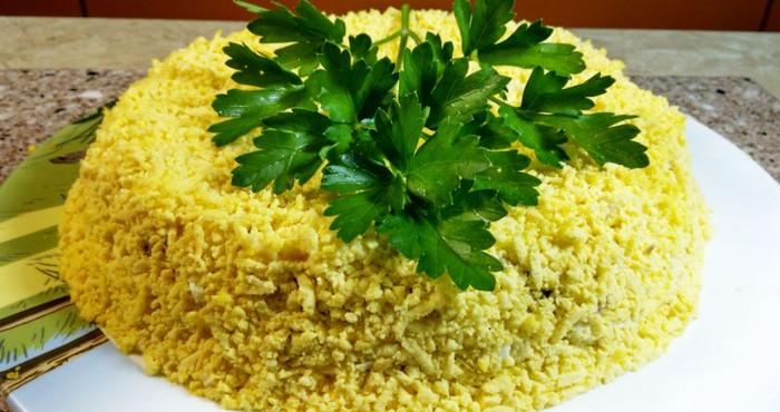 яркий салат с консервированной горбушей