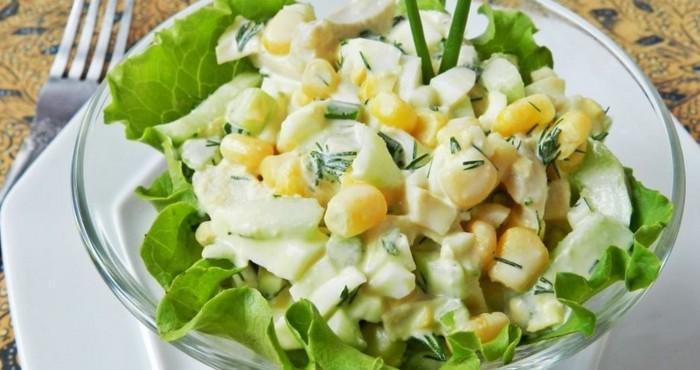 сладко-соленый салат с консервированным кальмаром