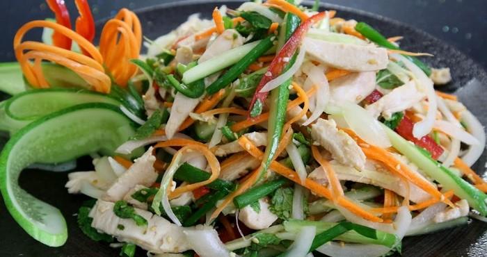 свежий и яркий салат из овощей и курицы