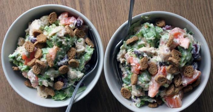 фасолевый салат с сухариками и курицей