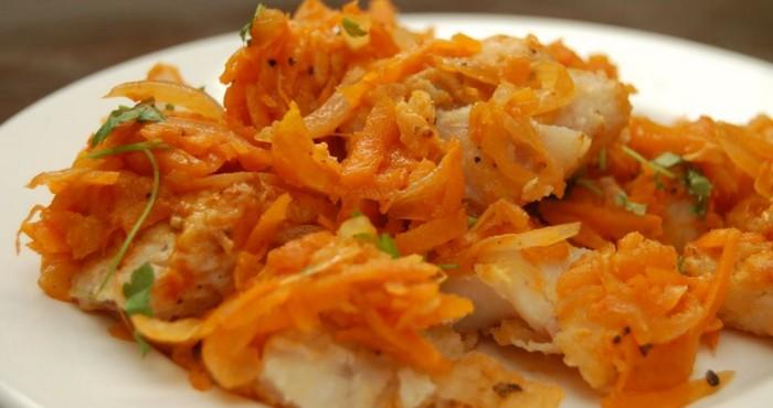 Рецепт минтая тушеного в сметане с луком и морковью
