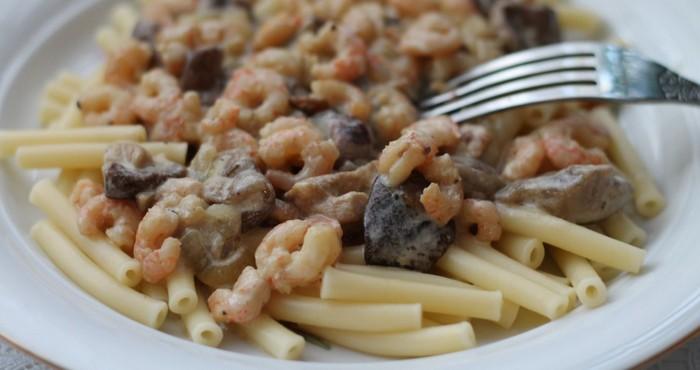 паста с креветками в сливочном соусе с грибами