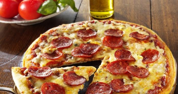 заливная пицца с салями с моцареллой