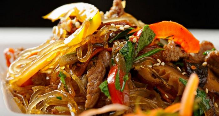 сытный салат с фунчозой и мясом