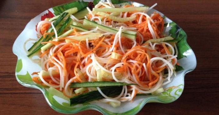 сочный салат с морковью и лапшой