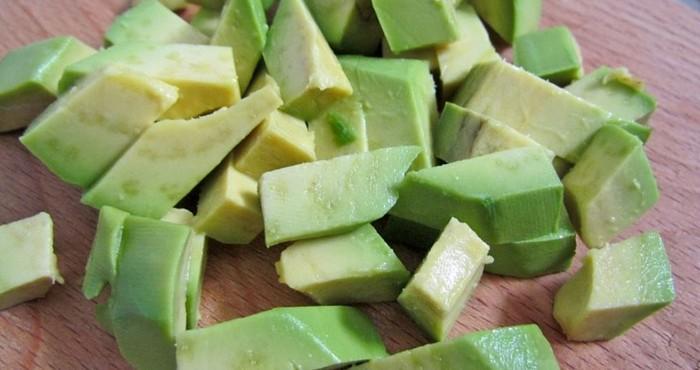 нарезка авокадо кубиками