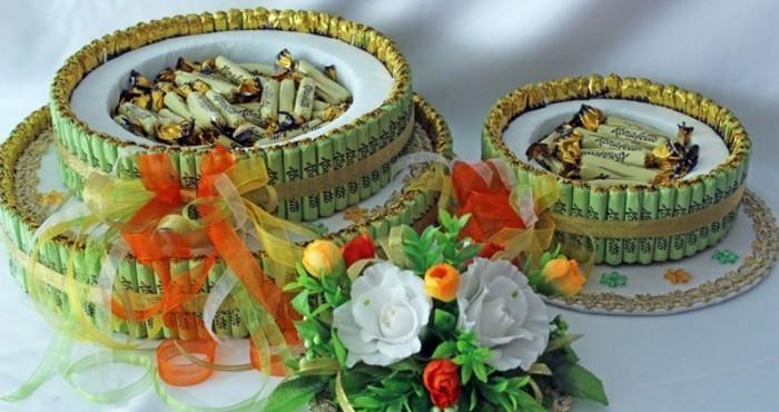 яркий торт из конфет с цветами
