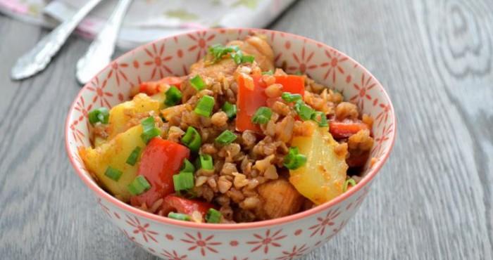 овощное блюдо с гречкой и куриным мясом