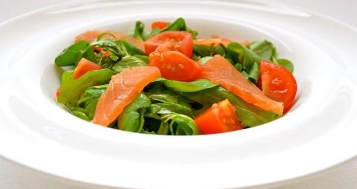 свежий салат с зеленью и лососем