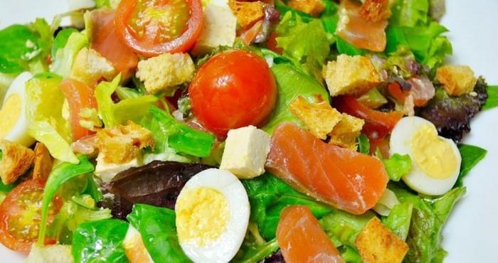 яркая закуска с помидорами и яйцами