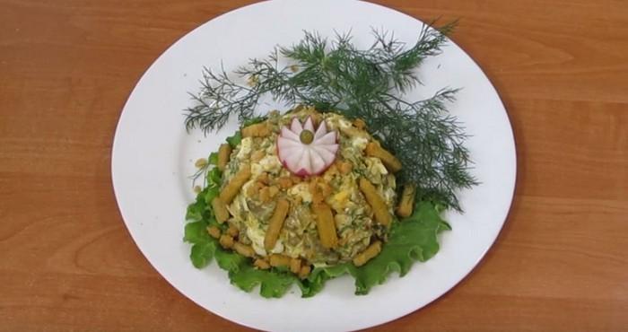 салат с солеными огурцами и сухариками