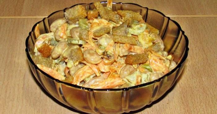 блюдо с солеными огурцами и бобовыми