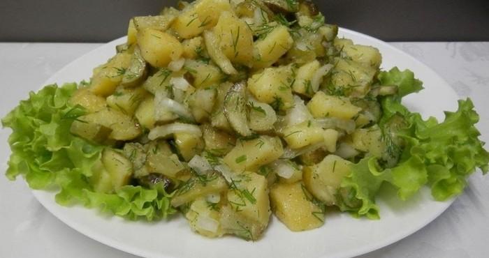 сытный салат с картофелем и грибами
