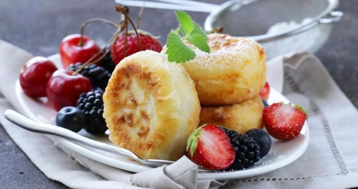 воздушные сырники без яиц с ягодами